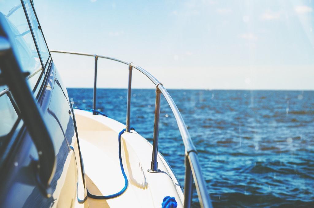 Boot fährt über die See